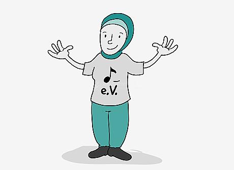 Eine junge Frau steht lächelnd und mit weit ausgebreiteten Armen in der Bild-Mitte. Sie trägt ein Kopftuch, eine Jogging-Hose und ein weites T-Shirt. Das T-Shirt hat einen großen Aufdruck: Ein Noten-Symbol, darunter steht: e.V.