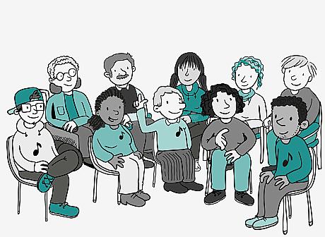 10 Menschen sitzen in einem Halbkreis. Viele haben ein Noten-Symbol auf dem Pullover. Eine Frau spricht gerade. Alle anderen hören zu. Zwei Leute melden sich.