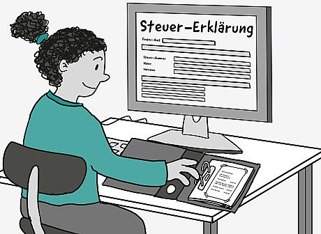 Eine junge Frau sitzt am Schreibtisch. Sie blickt auf eine abgehefte Quittung in einem Akten-Ordner. Auf dem Computer-Bildschirm wird ein Formular angezeigt. Es hat die Überschrift: Steuer-Erklärung. Das Formular beginnt mit den Feldern: Finanz-Amt, Steuer-Nummer, Name und Vorname. Sie sind noch nicht ausgefüllt.