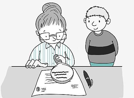 Eine Frau mit Hochsteck-Frisur und Brille sitzt an einem Schreibtisch. Sie hält eine Lupe über ein Dokument. Hinter ihr steht ein junger Mann und schaut ihr zu.
