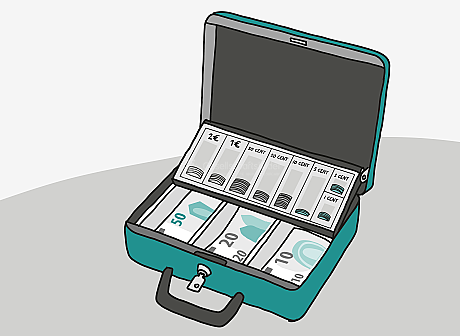 An einer geöffneten Metall-Box steckt ein kleiner Schlüssel. Im unteren Haupt-Fach der Hand-Kasse liegen 50-Euro-Scheine, 20-Euro-Scheine und 10-Euro-Scheine. Im oberen Einsatz-Fach sind verschiedene Euro-Münzen ordentlich sortiert eingesteckt.