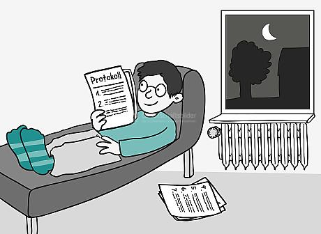 Durch ein Fenster leuchtet der Mond in ein Zimmer. Ein junger Mann liegt entspannt auf dem Sofa und hält ein paar Seiten Papier in der Hand. Auf dem Deckblatt steht: Protokoll, sowie 1., 2. und 3. mit Wellen-Linien als Text. Ein weiterer Stapel Papier liegt neben dem Sofa. Darauf steht: 4., 5., 6. und 7. mit Wellen-Linien als Text.